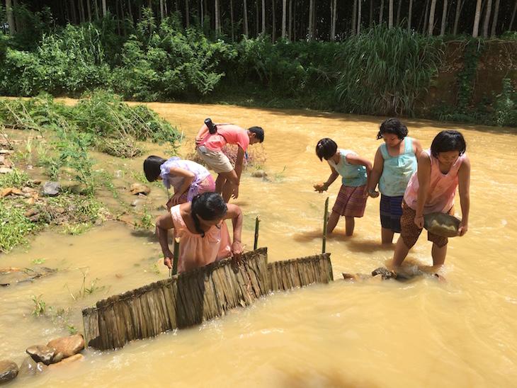 Construir a barragem para apanhar pedras preciosas, Trat, Tailândia © Viaje Comigo
