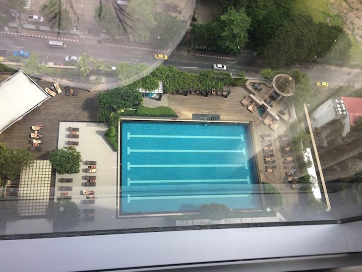 Vista do quarto para a piscina no Pathumwan Princess Hotel © Viaje Comigo