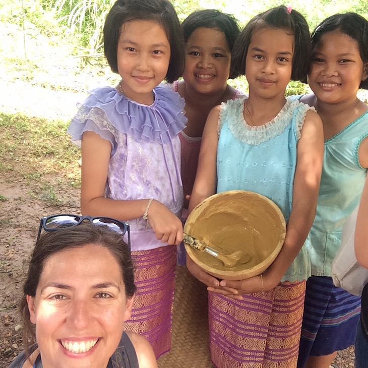 Jornalista Susana Ribeiro e meninas Chong em Trat, Tailândia © Viaje Comigo