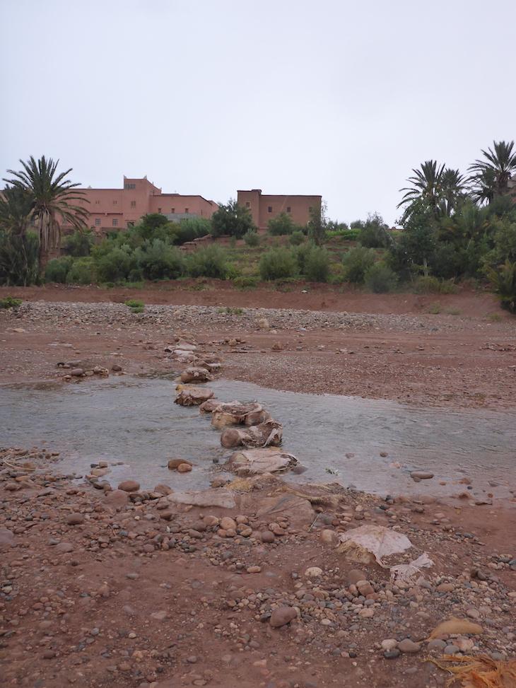 Atravessar o rio para o Ksar Ait-Ben-Haddou, Marrocos © Viaje Comigo