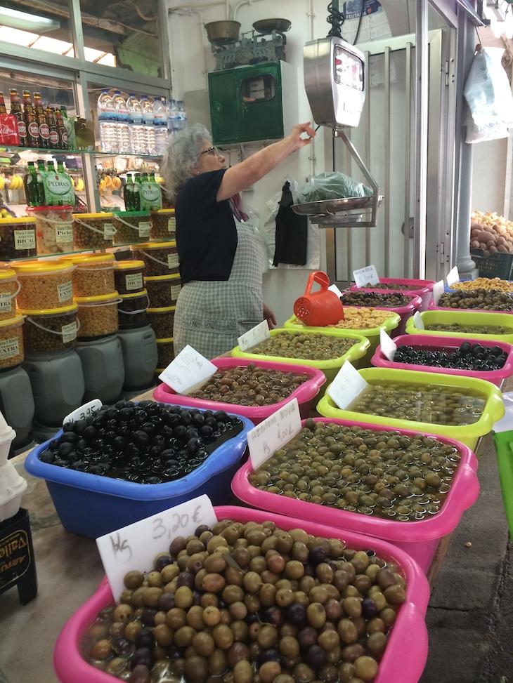 Azeitonas no Mercado do Bolhão, Porto © Viaje Comigo