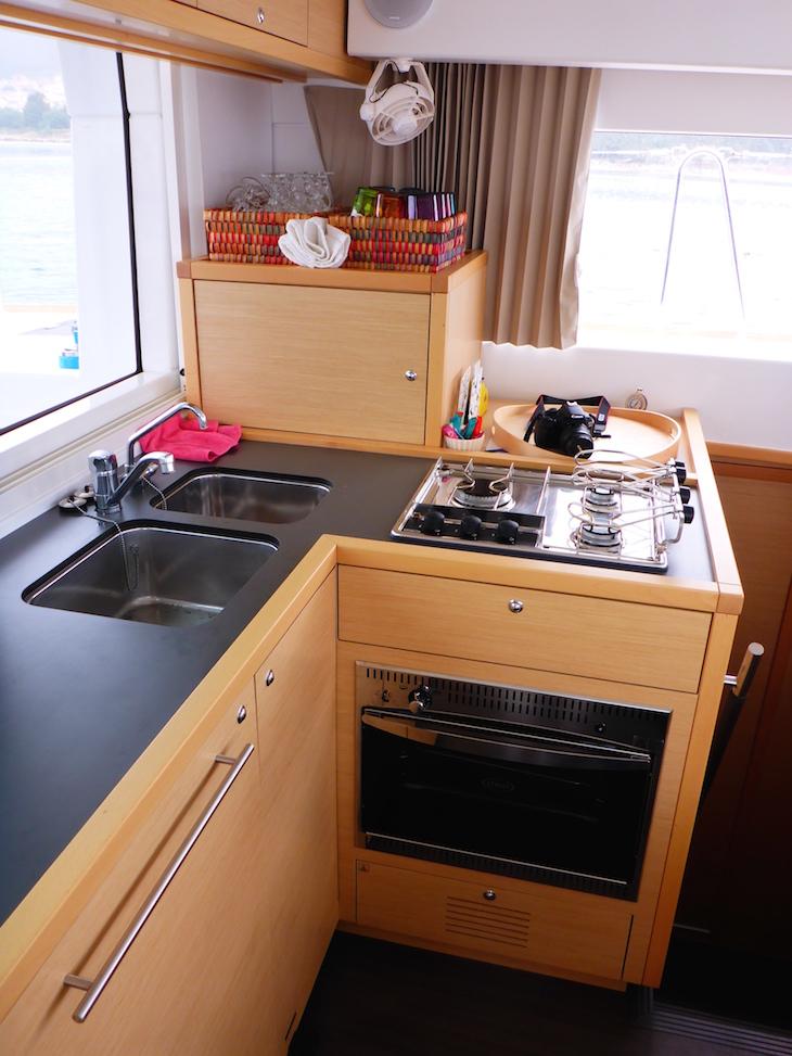 Cozinha no catamarã da Feeldouro © Viaje Comigo