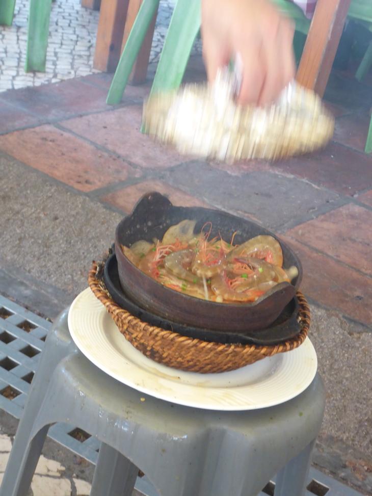Camarões a cozinhar no Restaurante Nga Tim Café, Macau © Viaje Comigo