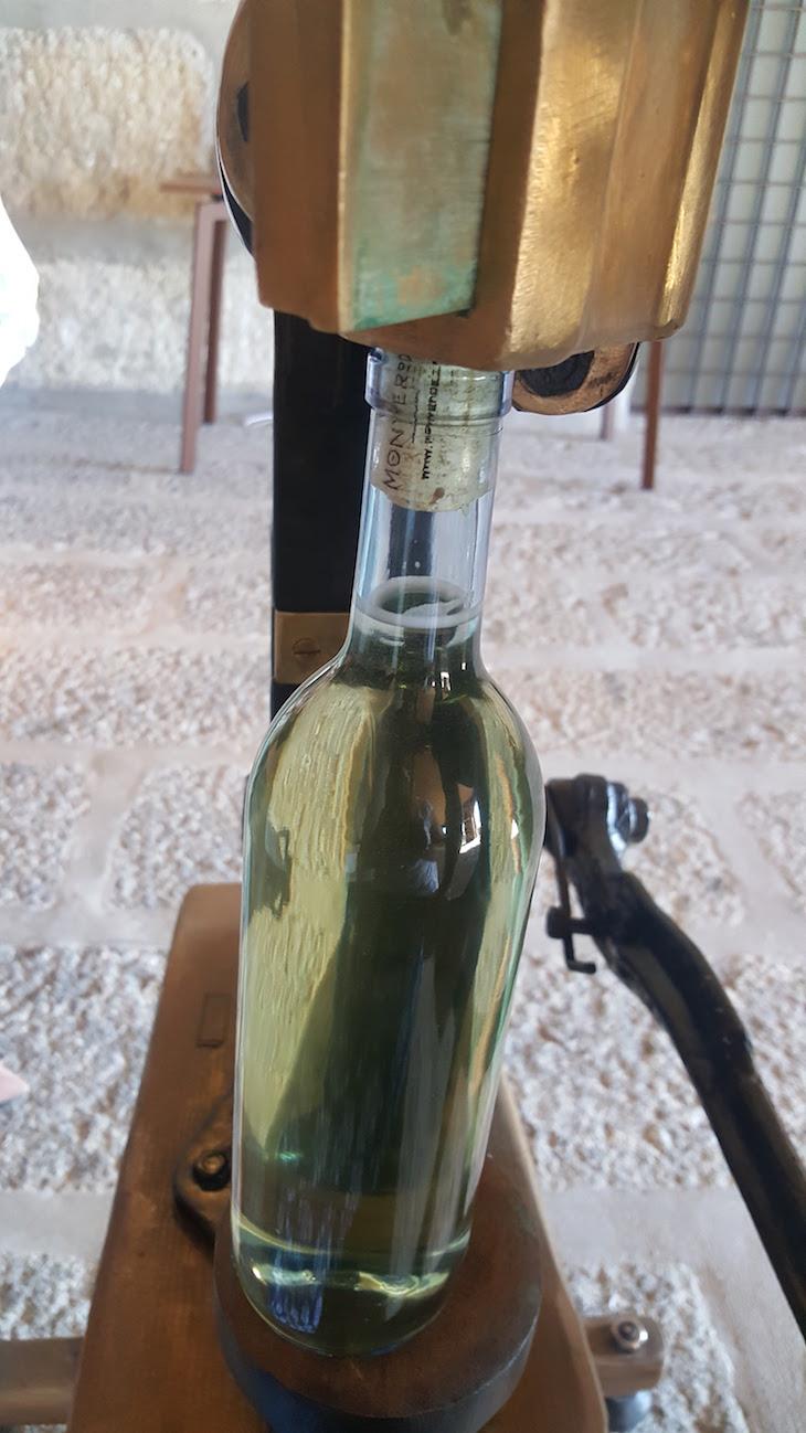 Engarrafar na adega do Monverde - Wine Experience Hotel © Viaje Comigo