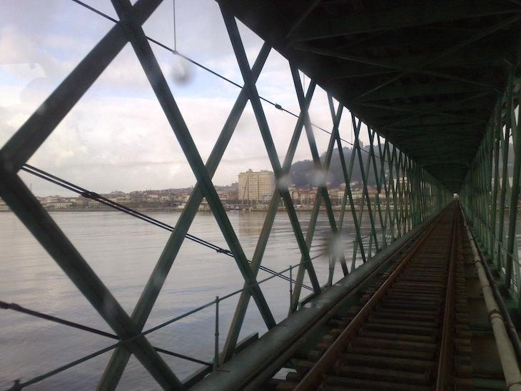 Atravessar a ponte no comboio, Viana do Castelo © Viaje Comigo