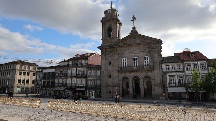 Largo do Toural e Basílica de São Pedro, Guimarães - Portugal© Viaje Comigo