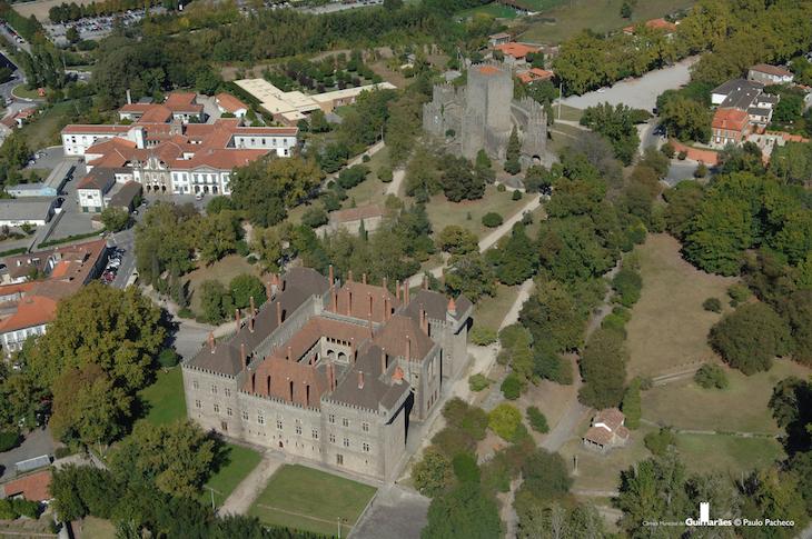 Foto aérea do Monte Latito: castelo de Guimarães, Capela de S. Miguel e Paço dos Duques de Bragança © Guimarães Turismo