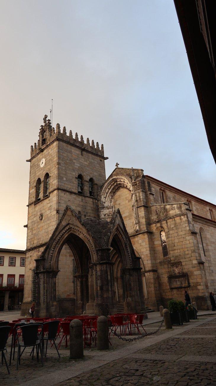 Igreja de Nossa Senhora da Oliveira e Padrão do Salado, Guimarães - Portugal© Viaje Comigo