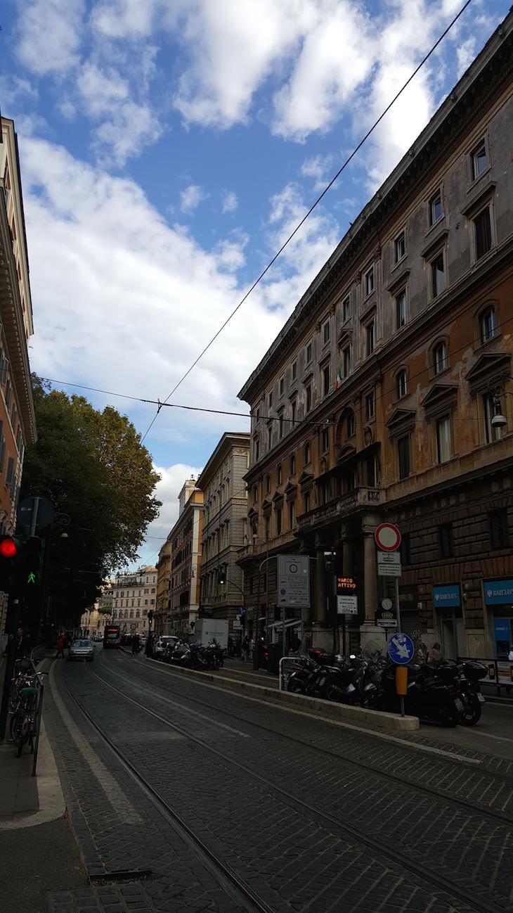 Rua de Roma com linha de tram © Viaje Comigo