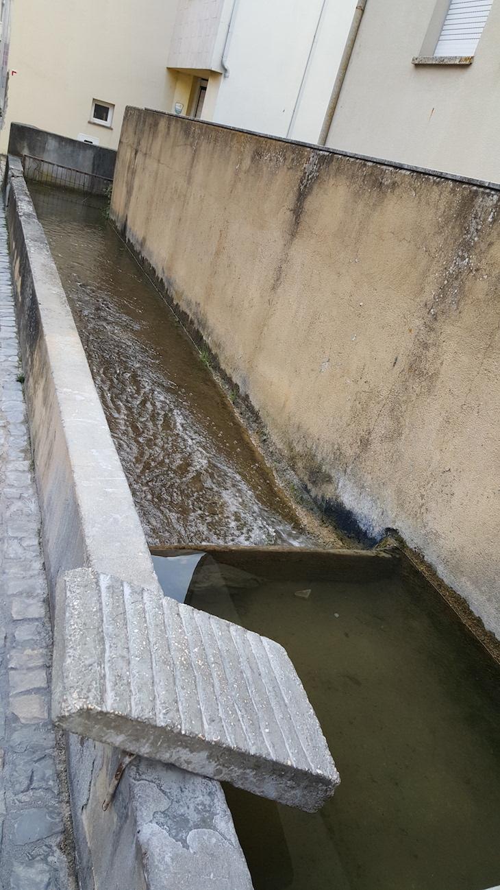 Água que passa à porta das casas em Condeixa-a-Nova © Viaje Comigo