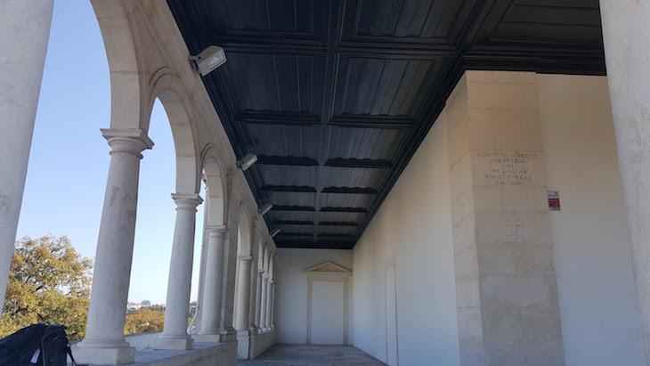 Arcos da capela e primeira pedra assinalada na parede - Santuário de Nossa Senhora da Encarnação, Leiria © Viaje Comigo