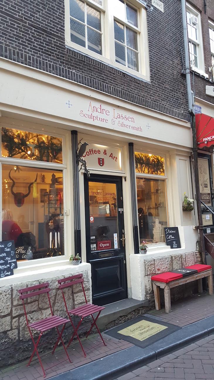 Os cafés com bancos à porta, Amesterdão © Viaje Comigo