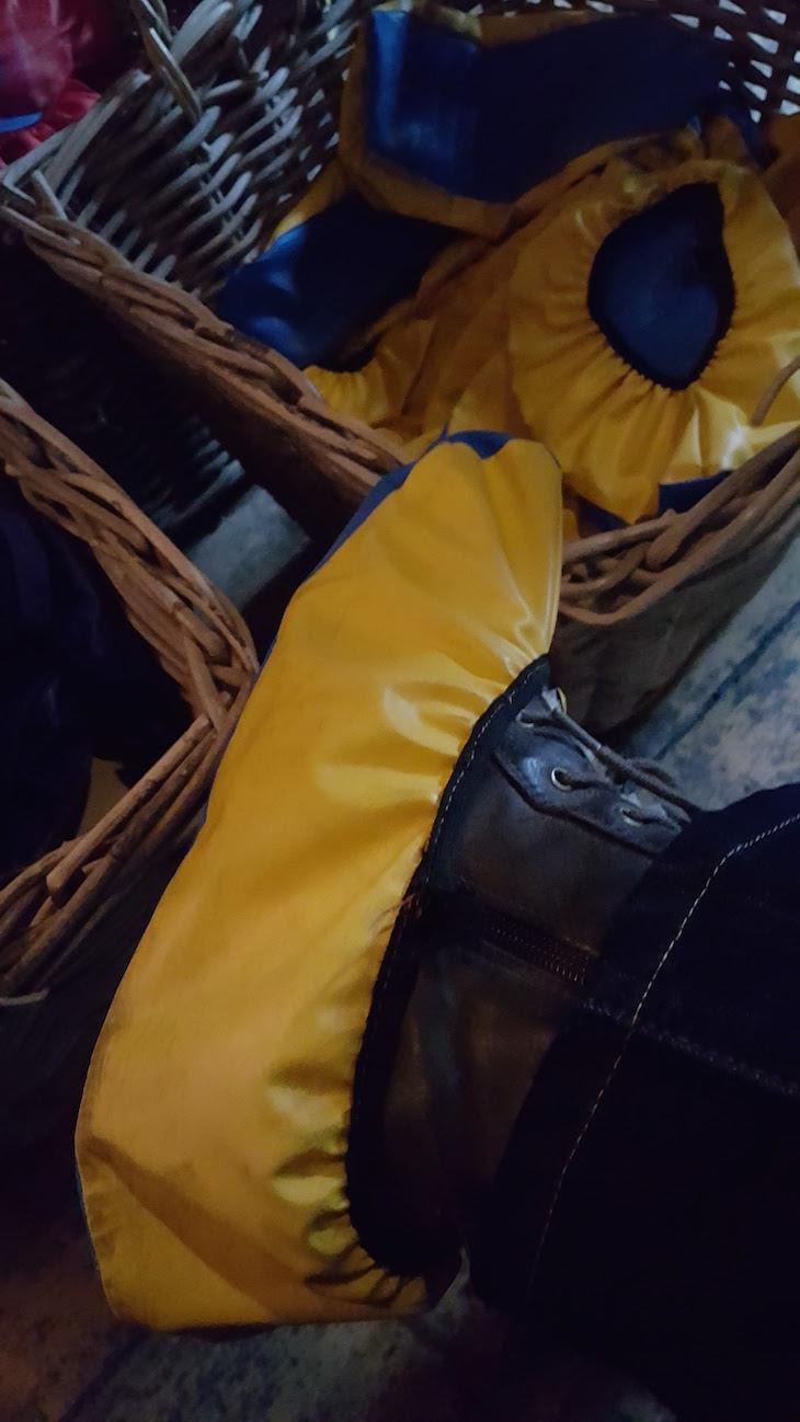 É necessário cobrir os sapatos, com uns protetores que nos dão à entrada para não danificar o chão original da casa © Viaje Comigo