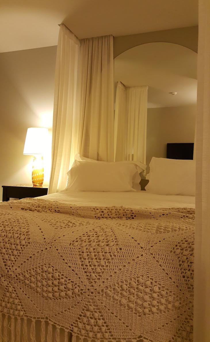 Colcha de renda na cama do Carmo's Boutique Hotel © Viaje Comigo