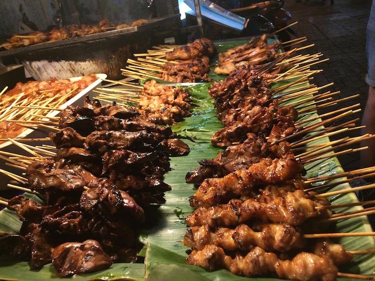 Comida em espetos - Kao San Road, Banguecoque - Tailândia © Viaje Comigo