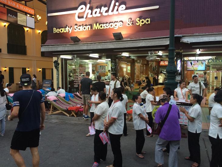Esplanada com massagens na Kao San Road, Banguecoque - Tailândia © Viaje Comigo