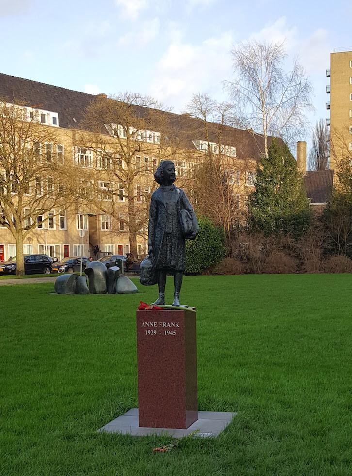 Estátua de Anne Frank, Amesterdão © Viaje Comigo