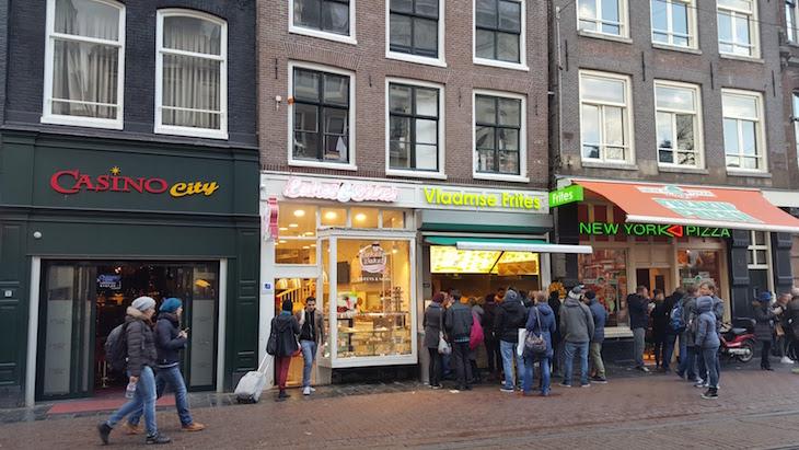 Filas para comprar as batatas fritas, Amesterdão © Viaje Comigo