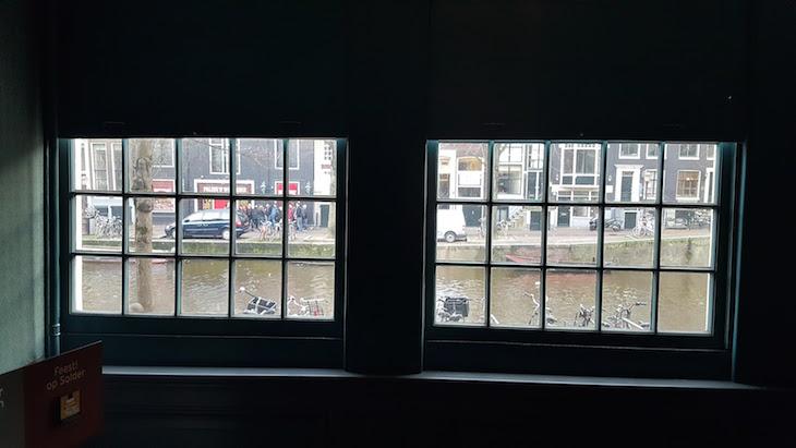 Janelas na casa da Igreja do Nosso Senhor do Sótão - Ons' Lieve Heer op Solder em Amesterdão © Viaje Comigo