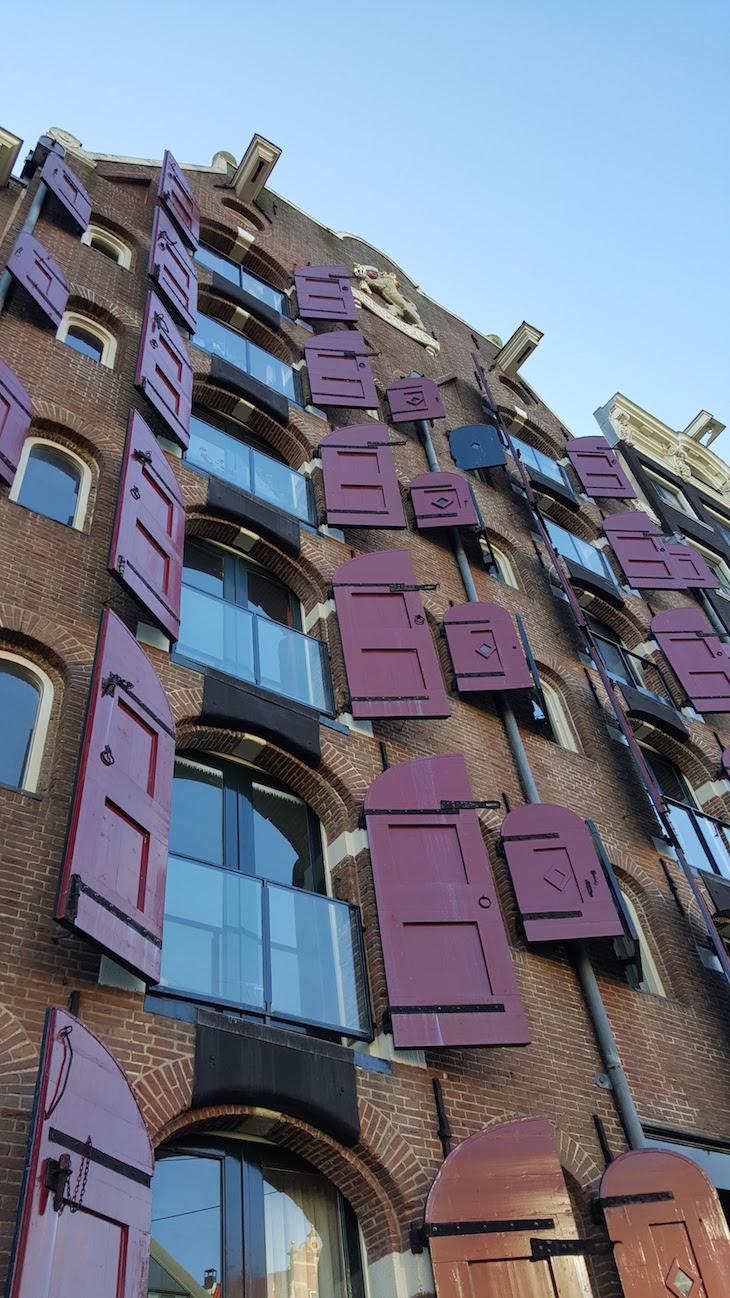 Janelas de madeira em Amesterdão © Viaje Comigo