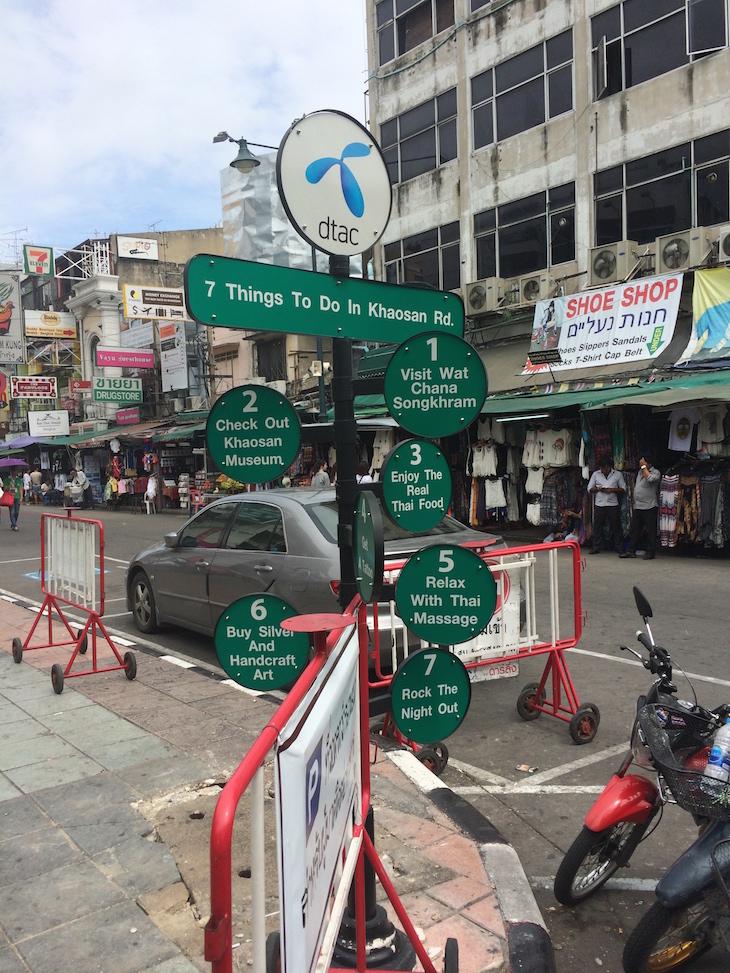 Placa do que fazer em Khaosan Road © Viaje Comigo