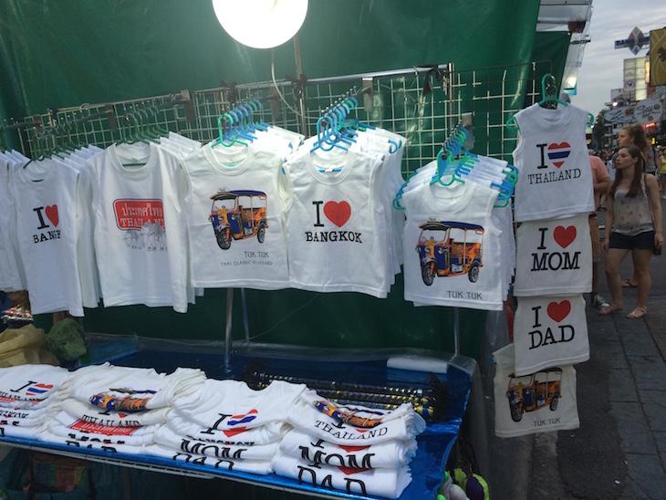 Lojas com tshirts na Kao San Road Banguecoque - Tailândia © Viaje Comigo