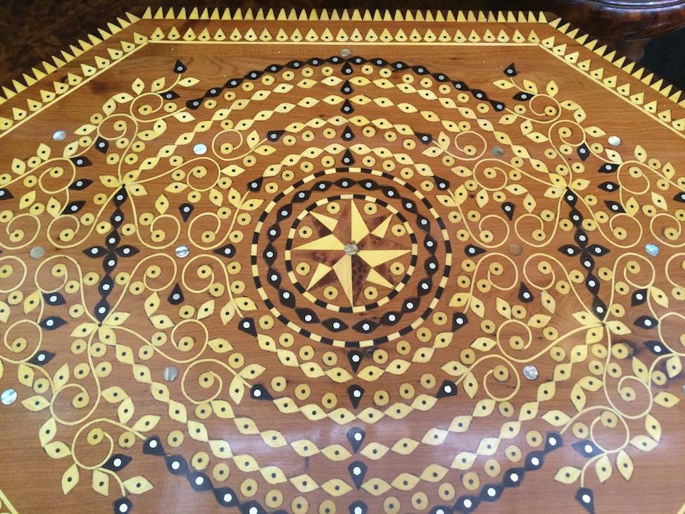 Mesa em madeira de Tuia em Essaouira Marrocos © Viaje Comigo