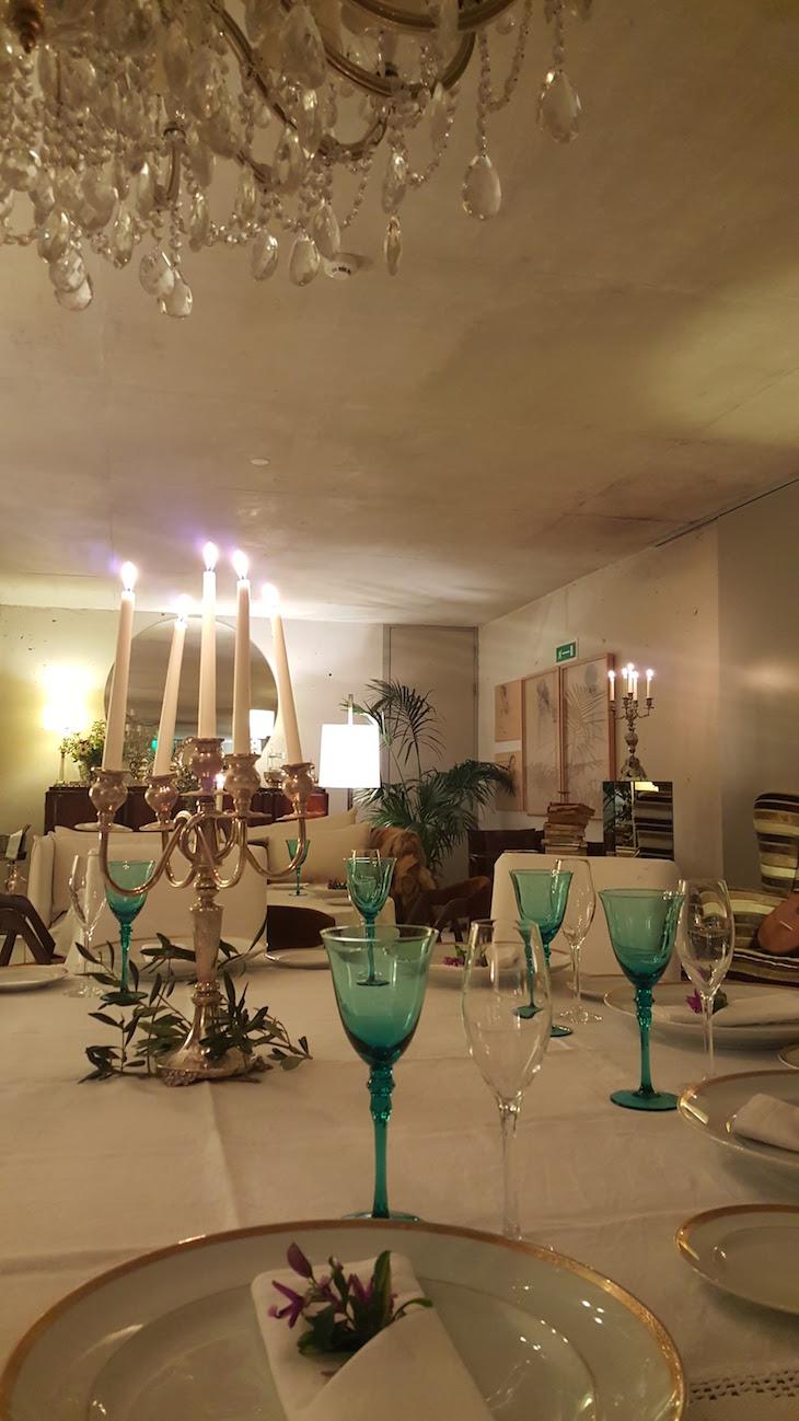 Mesa posta ao jantar no Carmo's Boutique Hotel © Viaje Comigo
