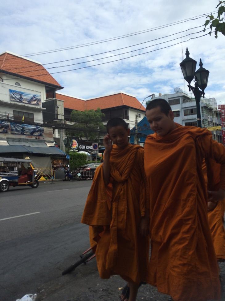 Monges perto de Khao San Road, Banguecoque, Tailândia © Viaje Comigo