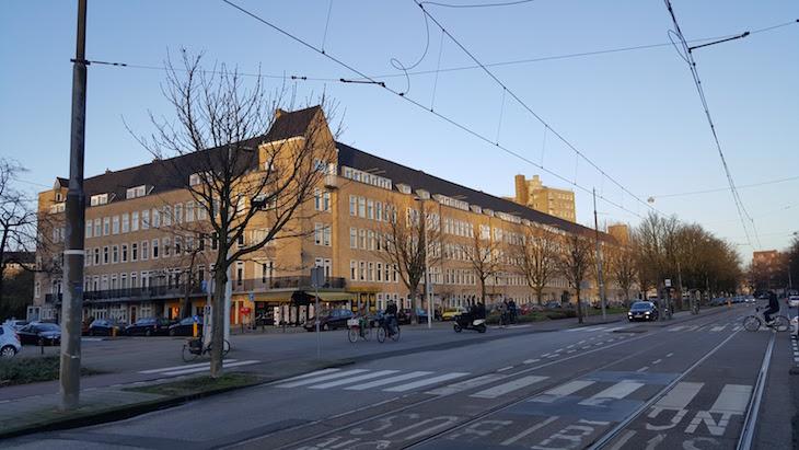 Na esquina daquele prédio está a Livraria (Boekhandel) Jimmink - Amesterdão © Viaje Comigo
