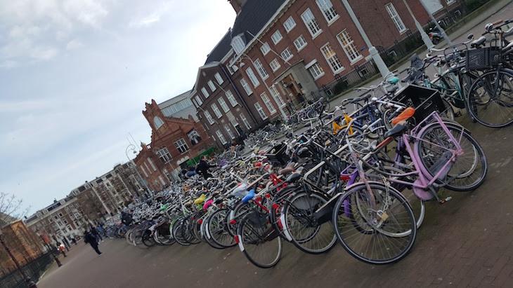 Parque de bicicletas em Amesterdão © Viaje Comigo