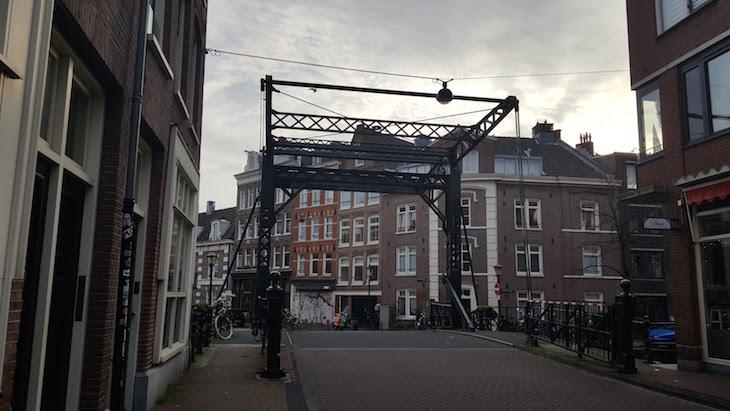 Ponte no Bairro Jordaan em Amesterdão © Viaje Comigo