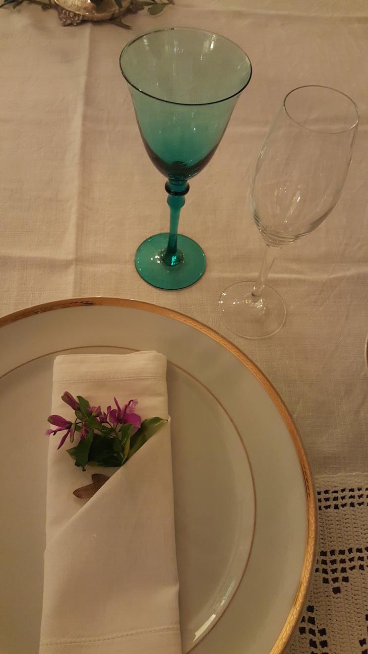Pormenor da mesa ao jantar no Carmo's Boutique Hotel © Viaje Comigo