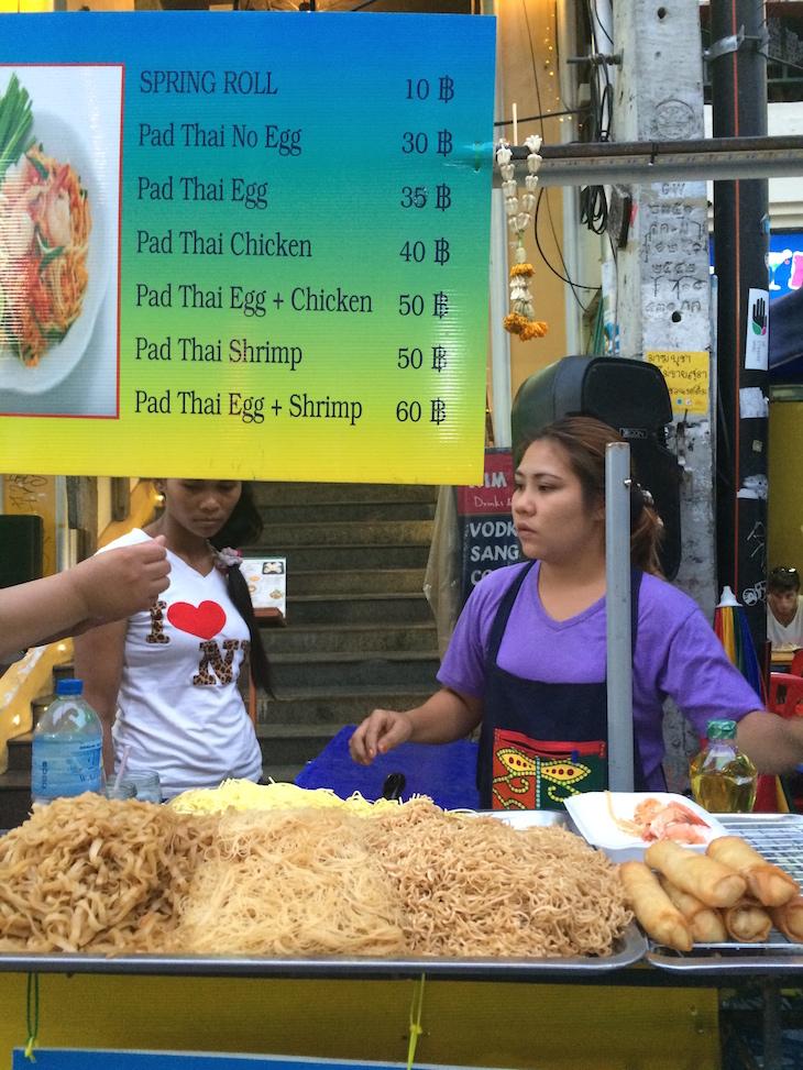 Preços de comida e Pad Thai na Kao San Road Banguecoque - Tailândia © Viaje Comigo