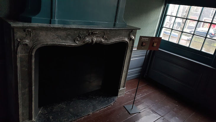 Sala com lareira da Ons' Lieve Heer op Solder em Amesterdão © Viaje Comigo