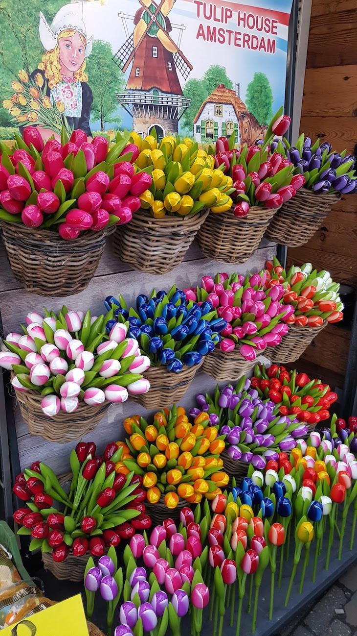 Tulipas de madeira no Bloemenmarkt - Mercado de Flores em Amesterdão © Viaje Comigo