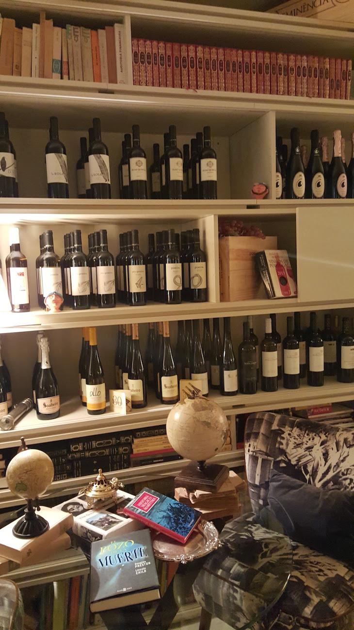 Vinhos na sala do Carmo's Boutique Hotel © Viaje Comigo