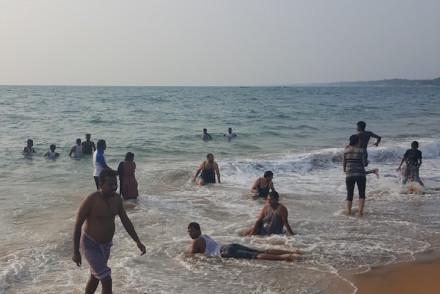 Diversão na Praia de Kovalam em Kerala, India © Viaje Comigo