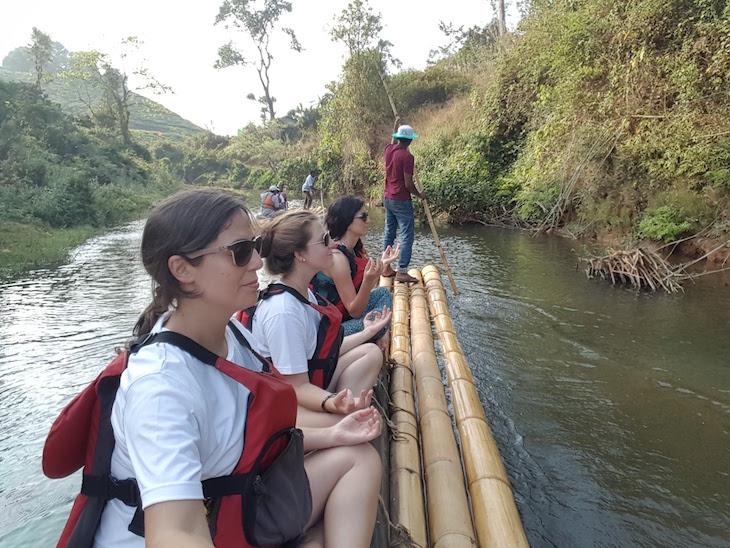 Ioga em Bamboo Rafting, Kerala © Viaje Comigo