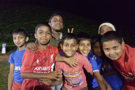 Meninos no jogo de futebol, Kerala © Viaje Comigo