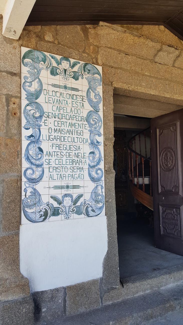 Painéis na entrada da Capela do Senhor da Pedra, Vila Nova de Gaia © Viaje Comigo ®