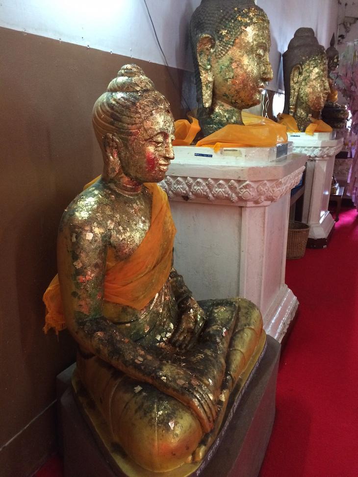 Budas com folha de ouro no Wat Phra Si Samphet Thong, Ayutthaya, Tailândia © Viaje Comigo
