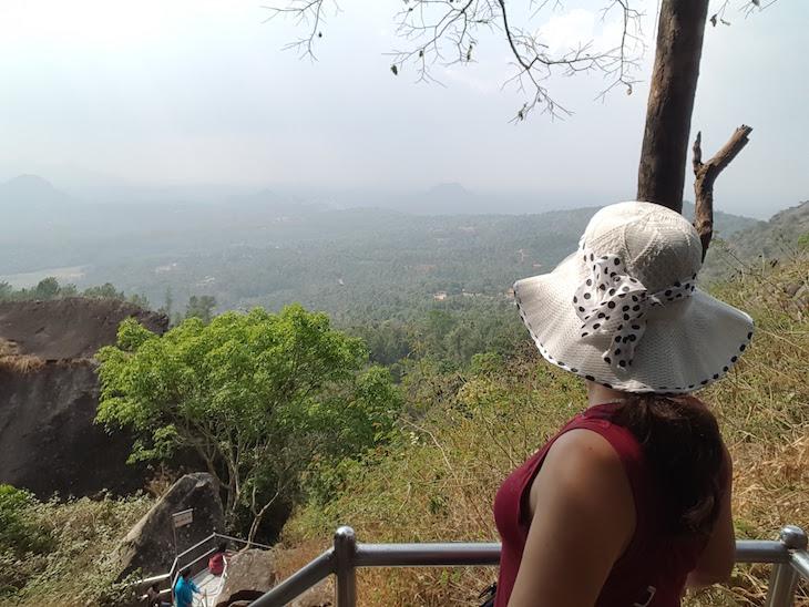 Imagem tirada com selfie stick - Susana Ribeiro nas Grutas Edakkal Kerala India © Viaje Comigo