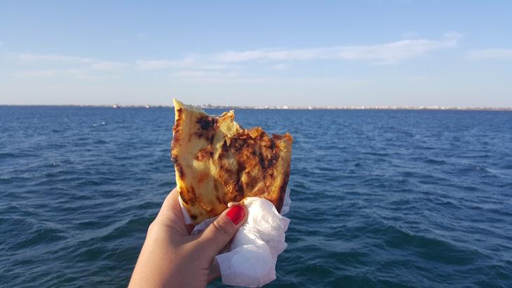Pizza berbere no ferry boat - Djerba - Tunísia © Viaje Comigo