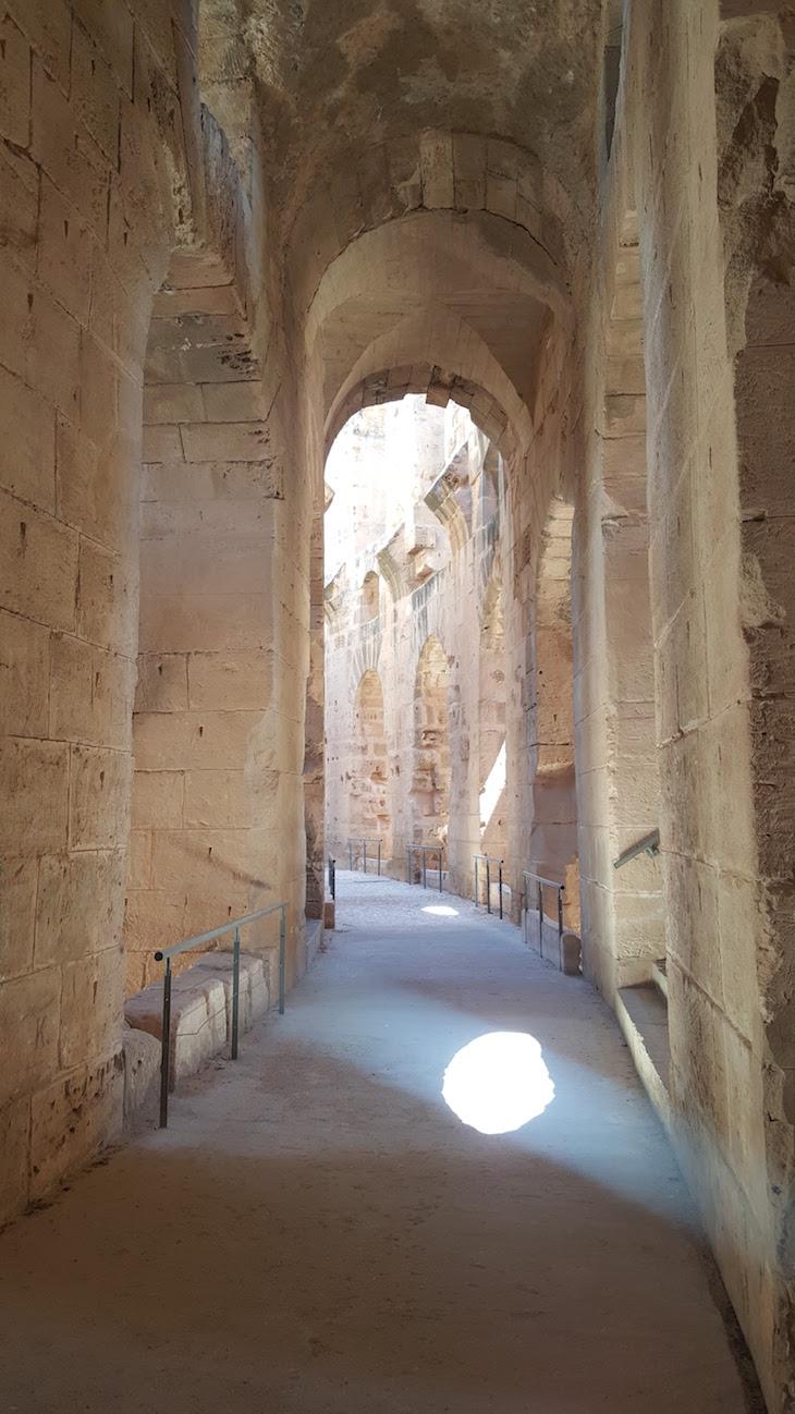 Nos corredores do Anfiteatro El Jem, Tunísia © Viaje Comigo