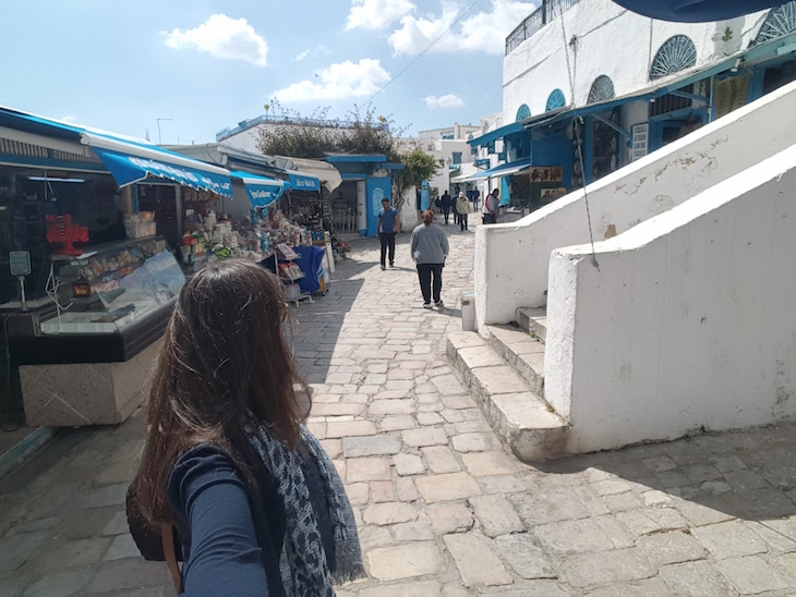 Nas ruas de Sidi Bou Said, Tunísia © Viaje Comigo