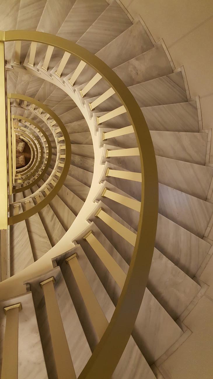 Escadas do Airotel Stratos Vassilikos Hotel, Atenas, Grécia © Viaje Comigo