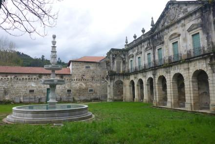 Fachada dos claustros e fonte do Mosteiro de Pombeiro, Felgueiras © Viaje Comigo