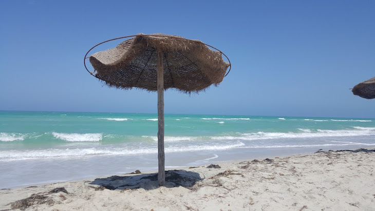 Guarda-sol - Ras R'Mal - Ilha dos Flamingos, Djerba, Tunísia © Viaje Comigo