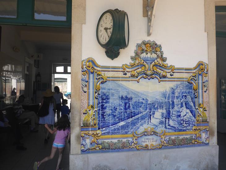 Ida para o lagar - Azulejos na Estação do Pinhão © Viaje Comigo